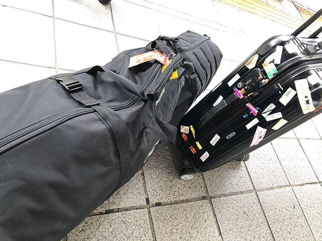 旅行帰りのスーツケースとゴルフバッグ
