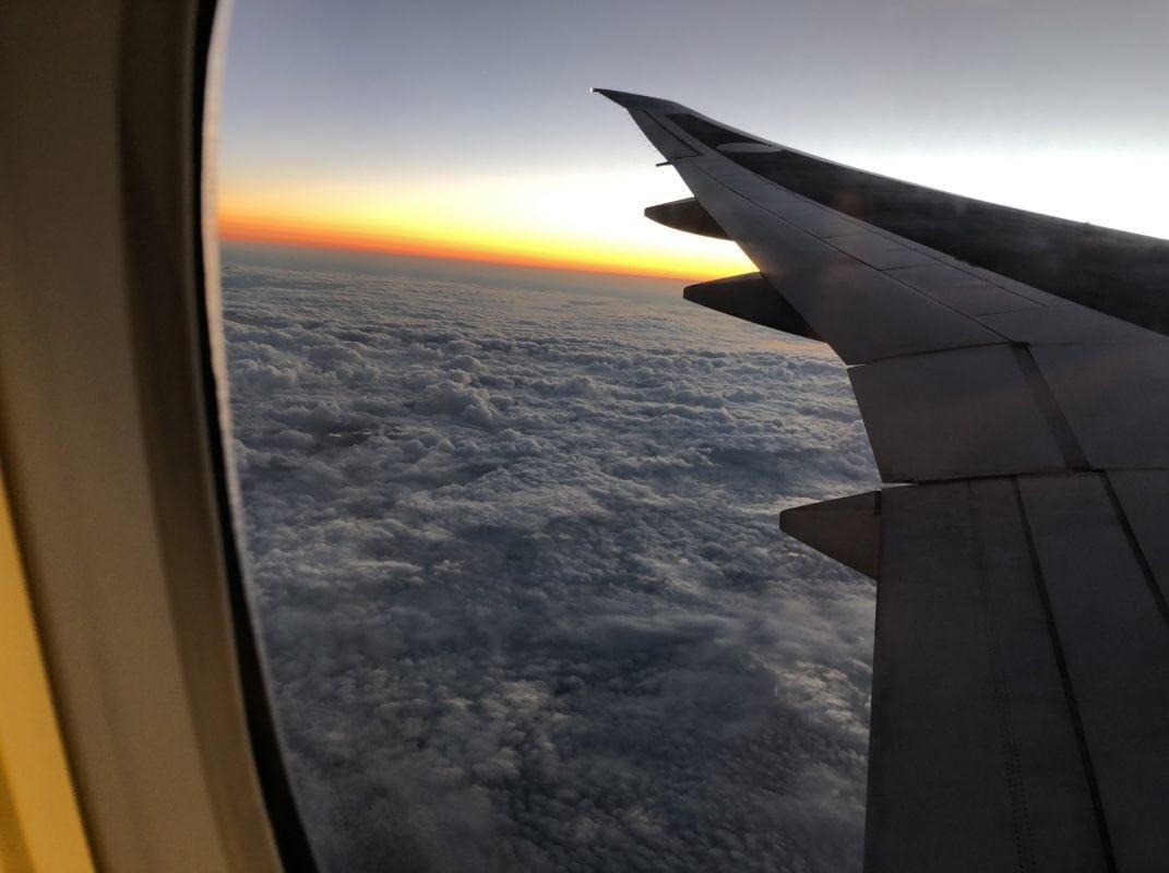 飛行機の窓からの画像